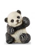 Bebe panda jouant